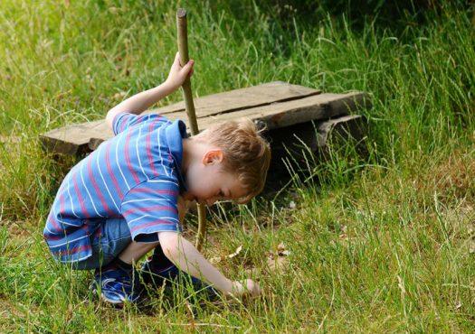 crianca-brincando-grama